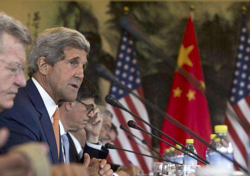 En la imagen, el secretario de Estado estadounidense, John Kerry, ofrece declaraciones durante una conferencia conjunta de Cambio Climático con funcionarios chinos en Pekín. 9 de julio, 2014. China y Estados Unidos necesitan superar sus diferencias, dijeron el miércoles los líderes de ambos países al inicio de unas conversaciones anuales que se espera se concentren en la seguridad cibernética, las disputas marítimas, la moneda china y un acuerdo de inversión. Foto: Andy Wong/Reuters