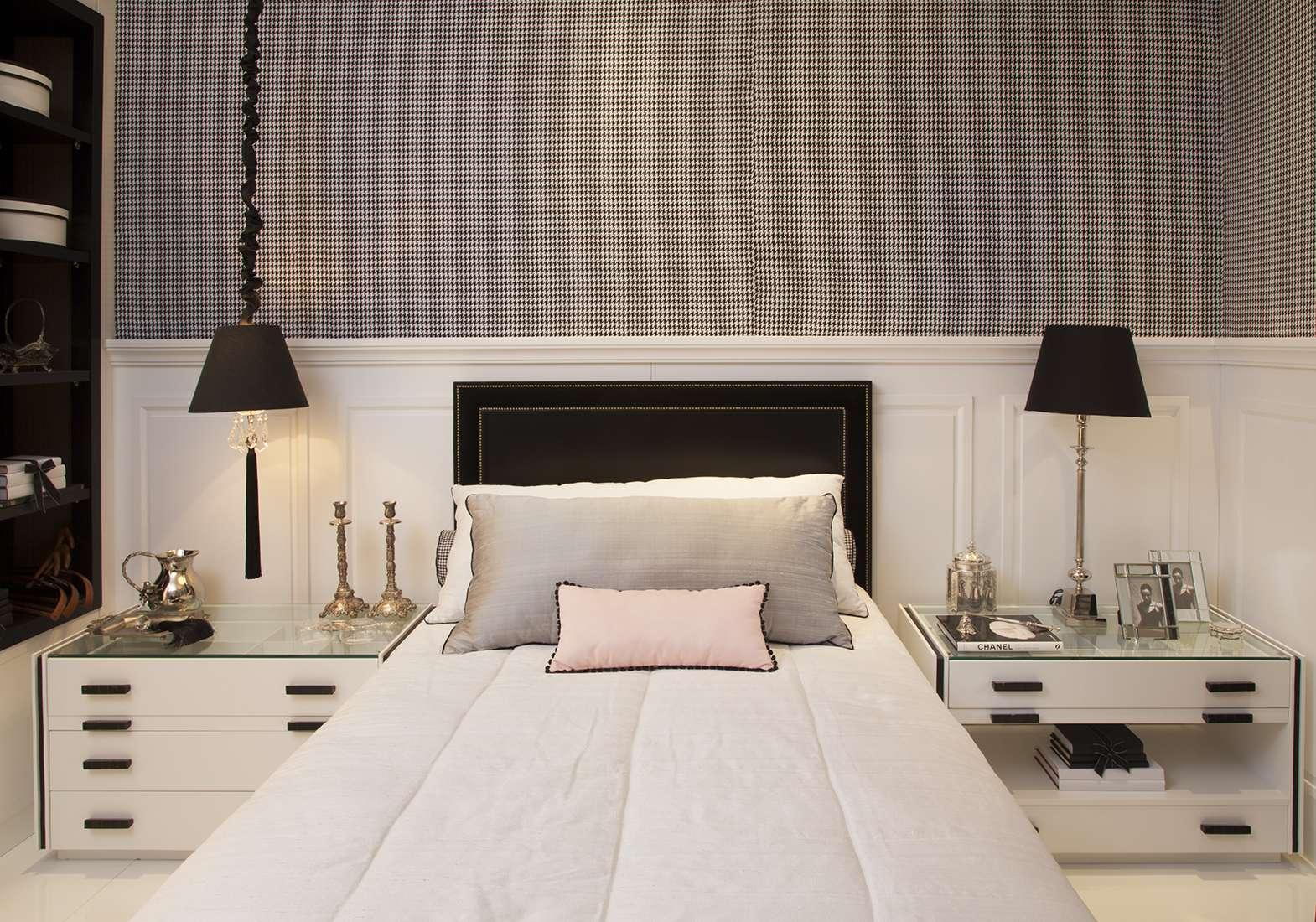 Arquiteta cria quarto de solteira inspirado em Coco Chanel