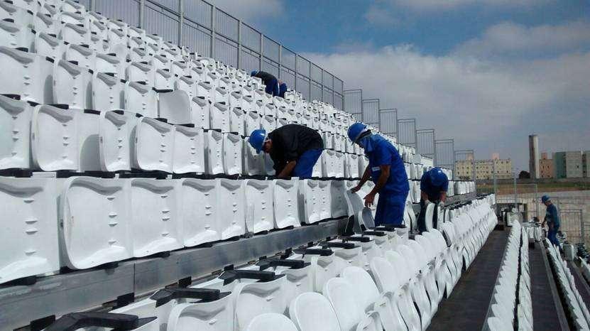 Operários desmontam cadeiras do setor provisório da Arena Corinthians Foto: Fast Engenharia/Divulgação