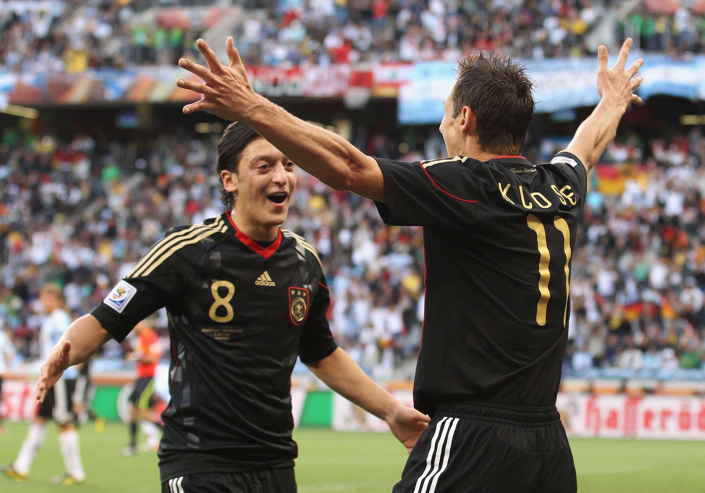 Miroslav Klose e Mesuy Özil têm Foto: Joern Pollex/Getty Images