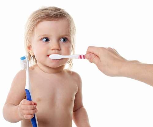 Brincar de escovar os dentes é jeito de incentivar limpeza