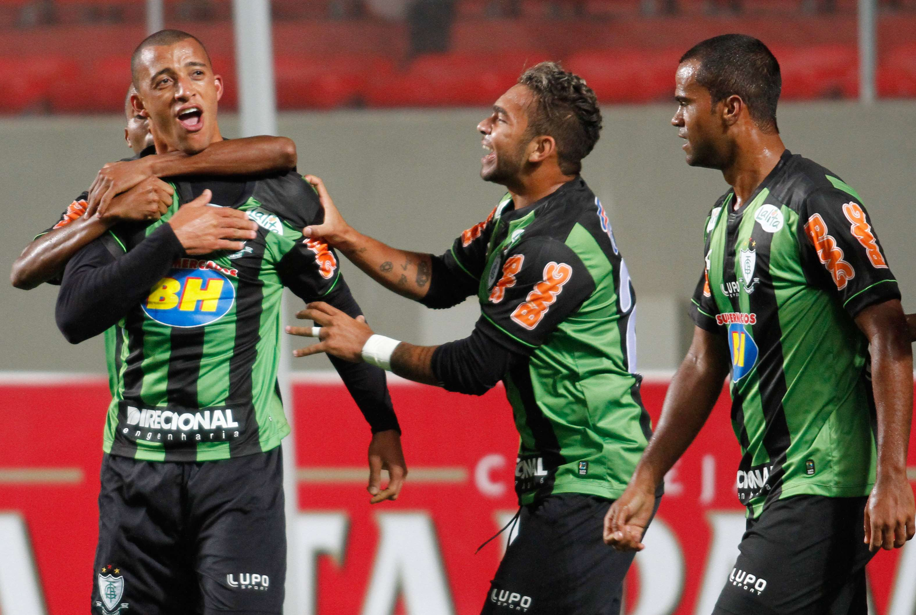 Vitor Hugo comemora o gol marcado no final da partida Foto: Ramon Bittencout/Agência Lance