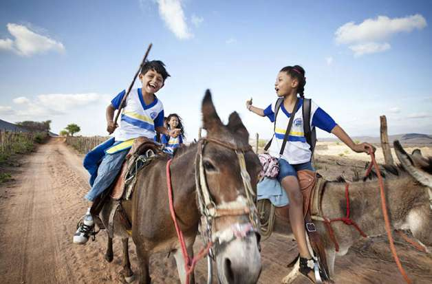 Série de fotos mostra o caminho que crianças ao redor do mundo percorrem para ir à escola. Foto: Reprodução