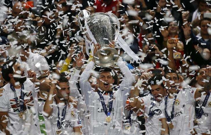 Cristiano Ronaldo ergue a taça da Liga dos Campeões conquistada pelo Real Madrid. 24/05/2014 Foto: Paul Hanna/Reuters