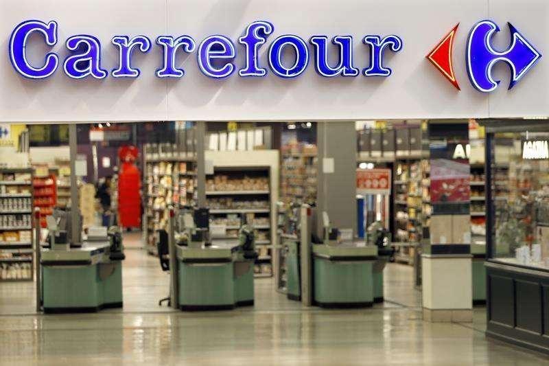En la imagen, el logo de Carrefour en un supermercado de Charenton Le Pont, cerca de París, el 29 de agosto de 2013. Carrefour, la segunda mayor cadena minorista del mundo, reportó sus mejores ventas trimestrales en cinco años gracias a las señales de recuperación en el sur de Europa, donde incluso su negocio en Italia volvió a crecer ayudado por las promociones durante el Mundial de fútbol. Foto: Charles Platiau/Reuters