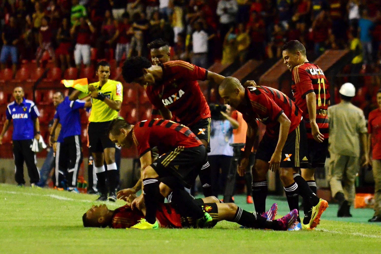 Companheiros comemoram o golaço do Sport anotado por Neto Baiano Foto: Ademar Filho/Futura Press