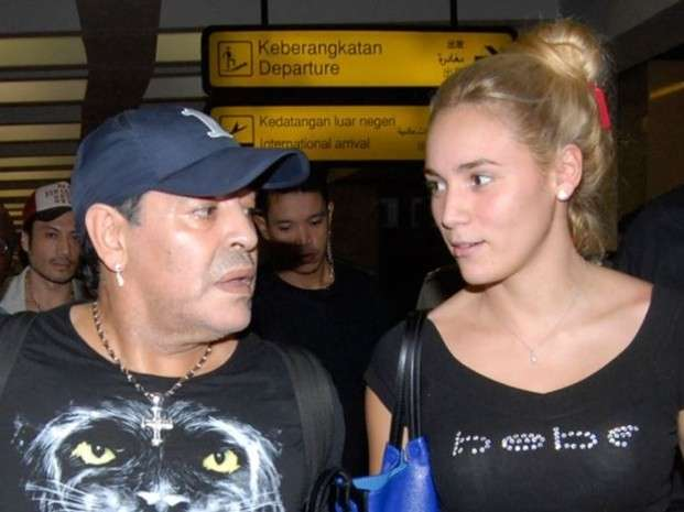 """Rocío Oliva quedó detenida en Ezeiza acusada de robo por Diego Maradona. Hace días, había asegurado a los medios que había mejorado su relación sentimental con el Diez y contó que pasó junto al exfutbolista su cumpleaños 24, al tiempo que afirmó haber mentido cuando lo acusó de golpeador.""""Estamos reconciliados"""", afirmó, y dijo que Maradona le regaló un ramo de rosas por su cumpleaños. Foto: Web"""