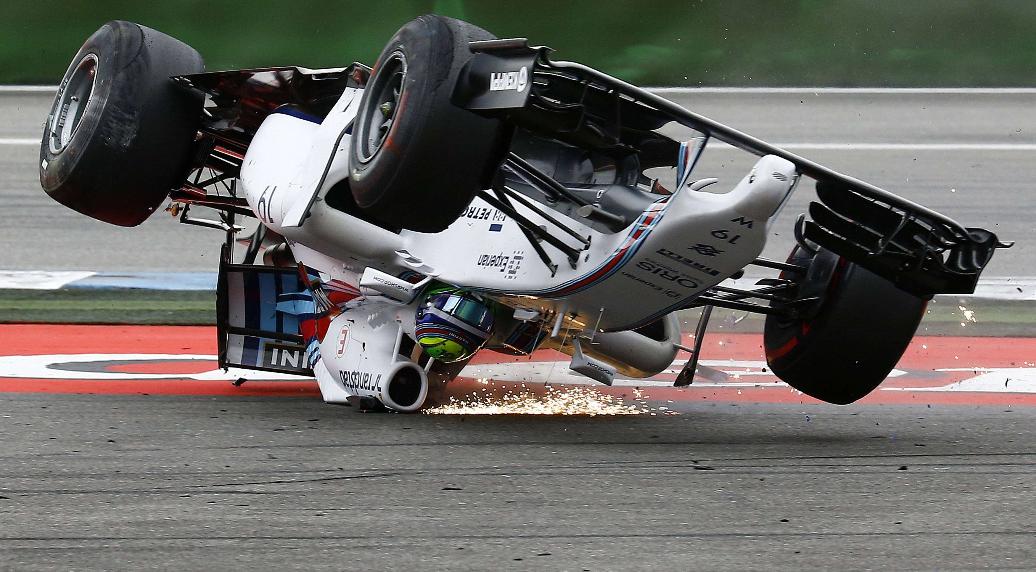 Felipe Massa capotou na primeira curva, após bater em Magnussen Foto: Kai Pfaffenbach/Reuters