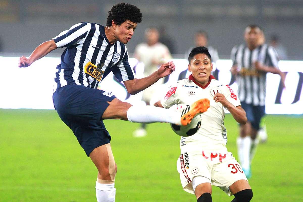 Universitario superó por 1-0 a Alianza Lima en el clásico del fútbol peruano por la octava fecha del Torneo Apertura del Descentralizado. El resultado vuelve a meter a los cremas a la pelea por los primeros lugares y hunde a los íntimos entre los últimos lugares. Foto: Miguel Bustamante/Terra Perú