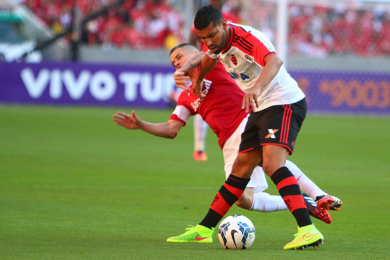 André Santos em disputa com D'Alessandro: agressão após o jogo Foto: Lucas Uebel /Getty Images