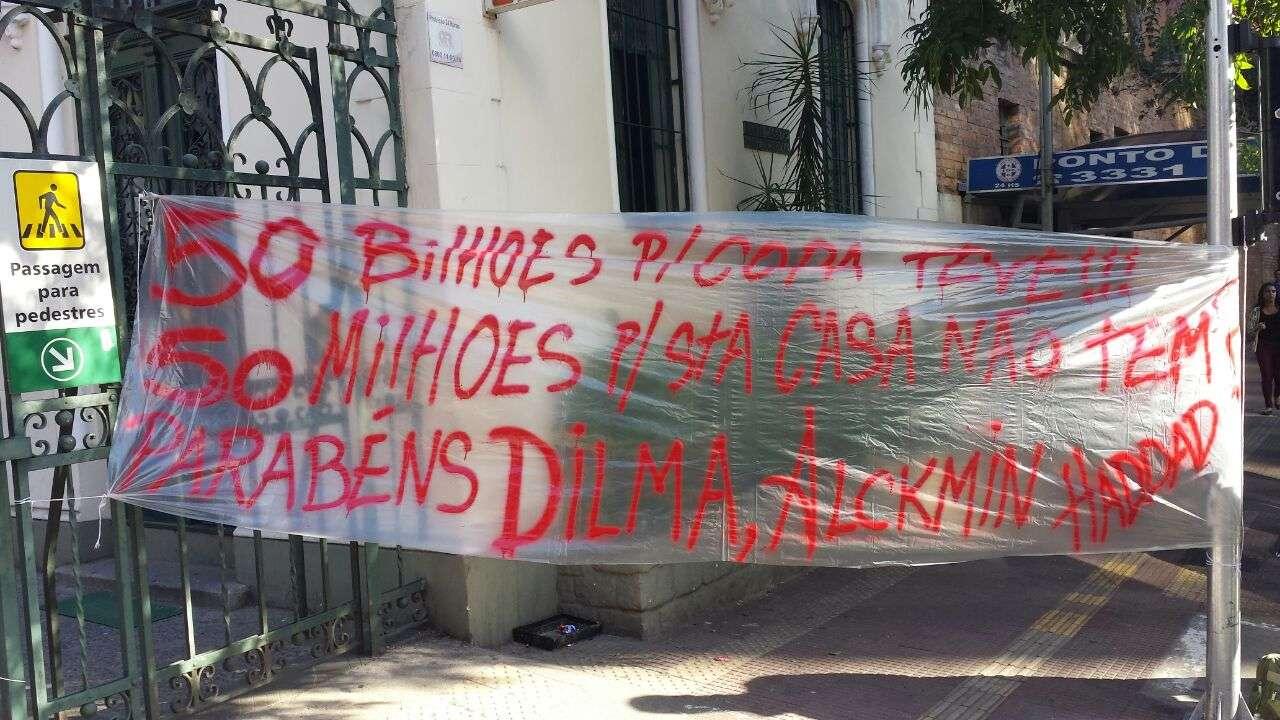 Uma das faixas protestava contra os governantes pelo fechamento da Santa Casa Foto: Thiago Tufano/Terra