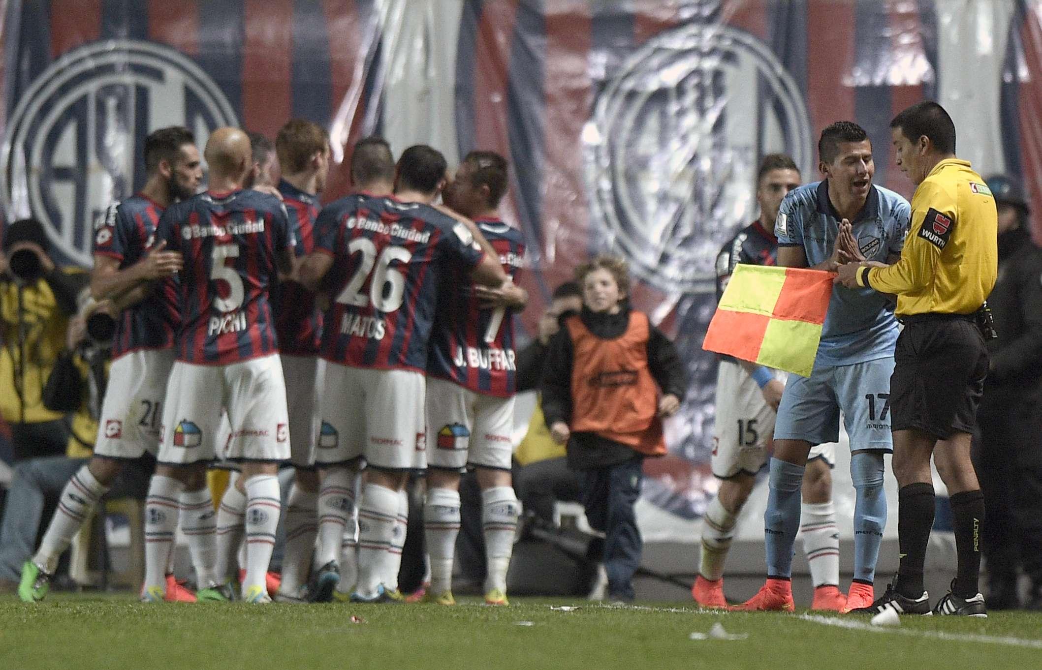 Ex-corintiano Arce reclama durante o jogo de ida da semifinal da Libertadores Foto: Juan Bromata/AFP
