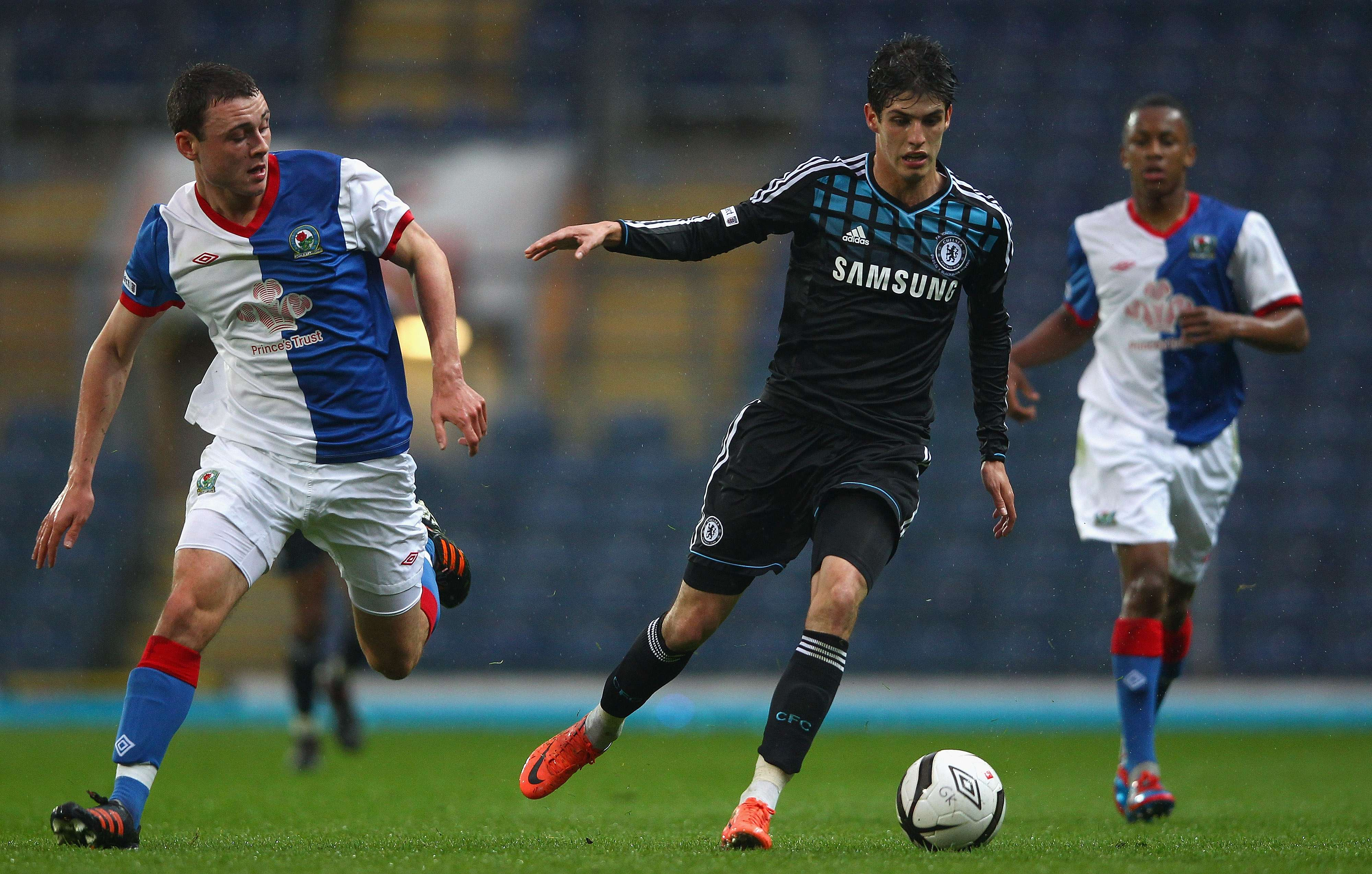 Frankfurt signs Piazon on loan from Chelsea