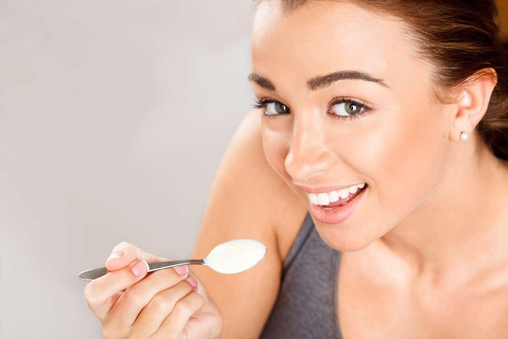 Além de estar presente no café da manhã, o iogurte também pode ser inserido na rotina de beleza para a conquista de uma pele macia, hidratada e com menos rugas Foto: Bevan Goldswain / Shutterstock