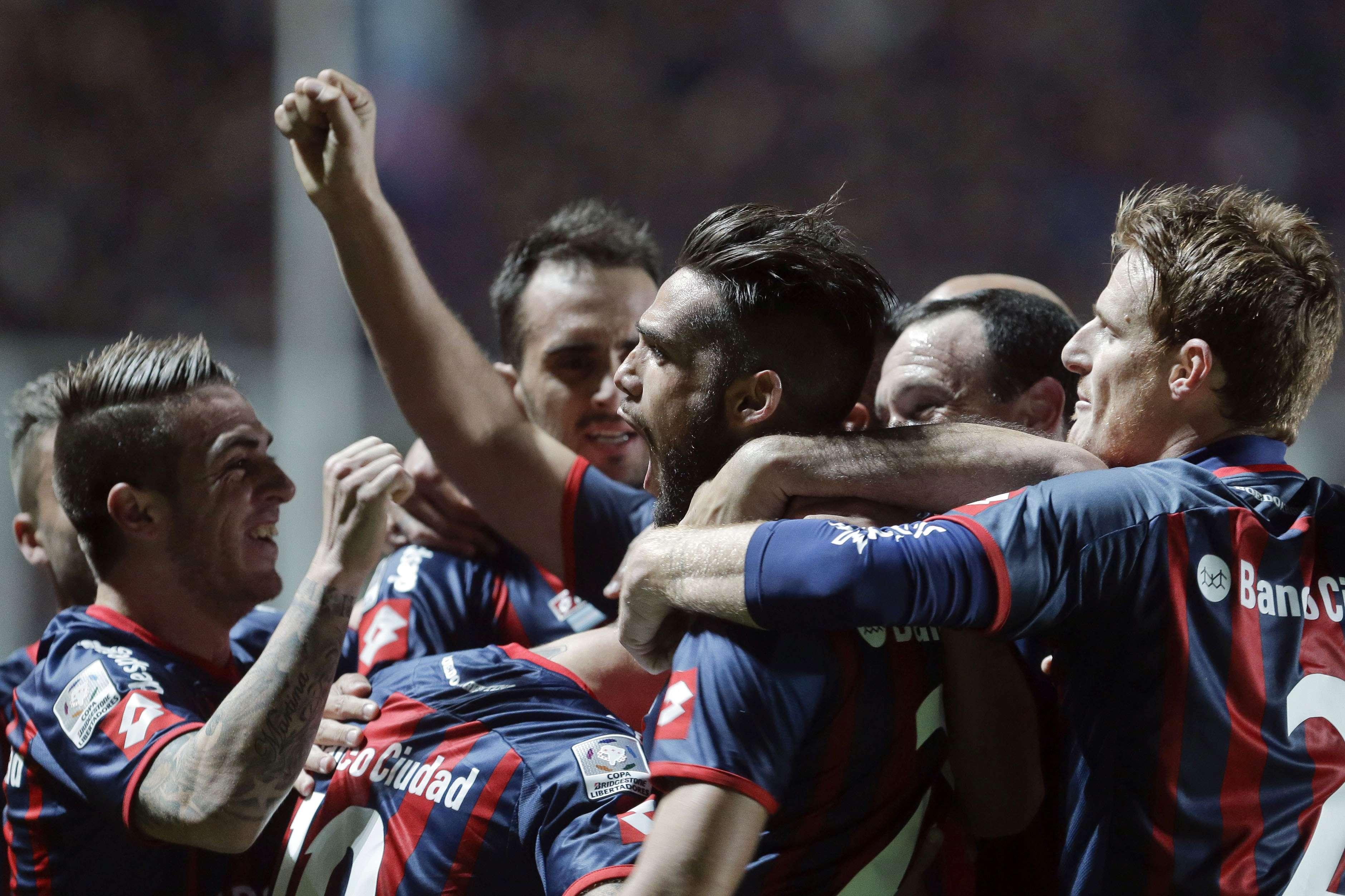 Más fez dois gols de cabeça na goleada por 5 a 0 sobre o Bolívar, disputada nesta quarta-feira no El Nuevo Gasómetro, em Buenos Aires Foto: Victor Caivano/AP
