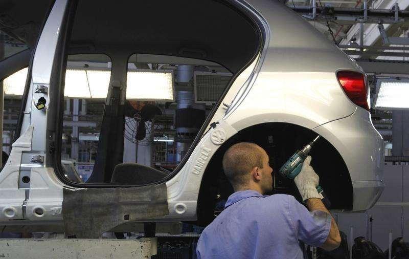 Operário trabalha em linha de montagem de uma planta da Volkswagen em São Bernardo do Campo, São Paulo. 6/04/2011. Foto: Nacho Doce/Reuters
