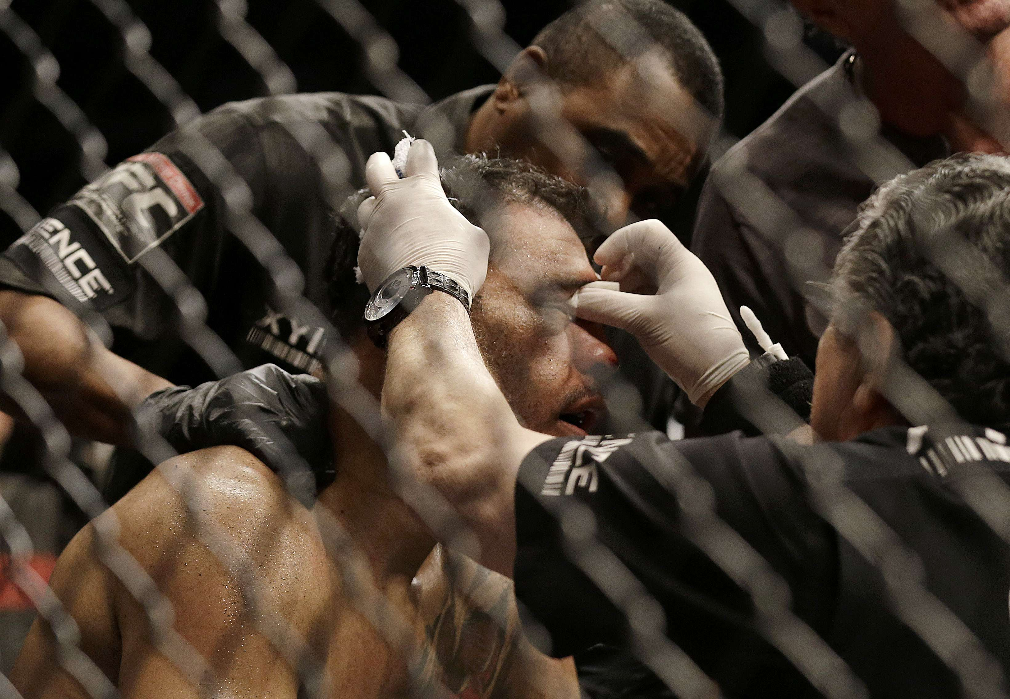 UFC: Johnson massacra Minotouro em 44s; Lawler supera Brown