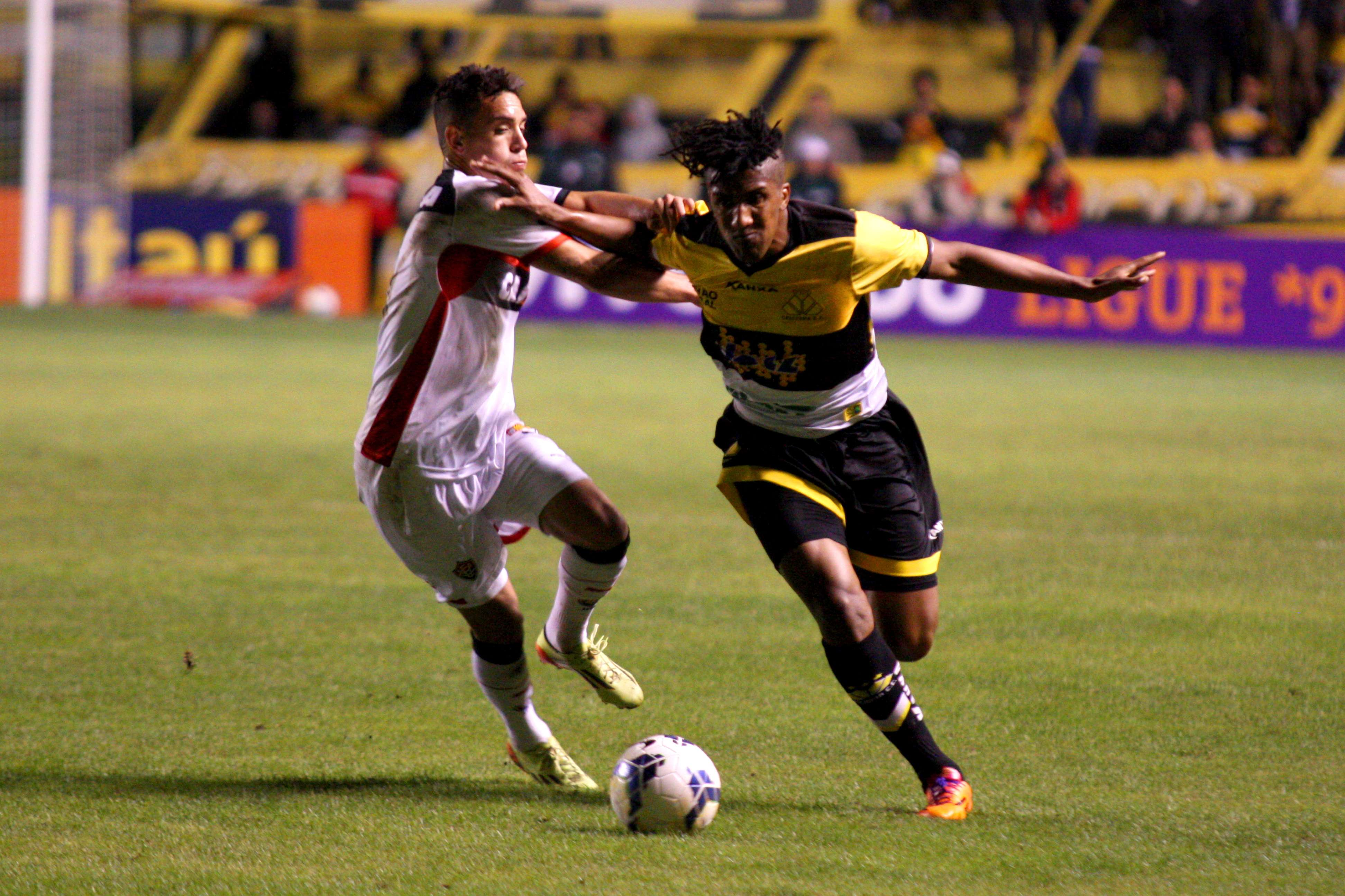 Cortez briga pela bola no Heriberto Hulse Foto: Alan Pedro/Getty Images