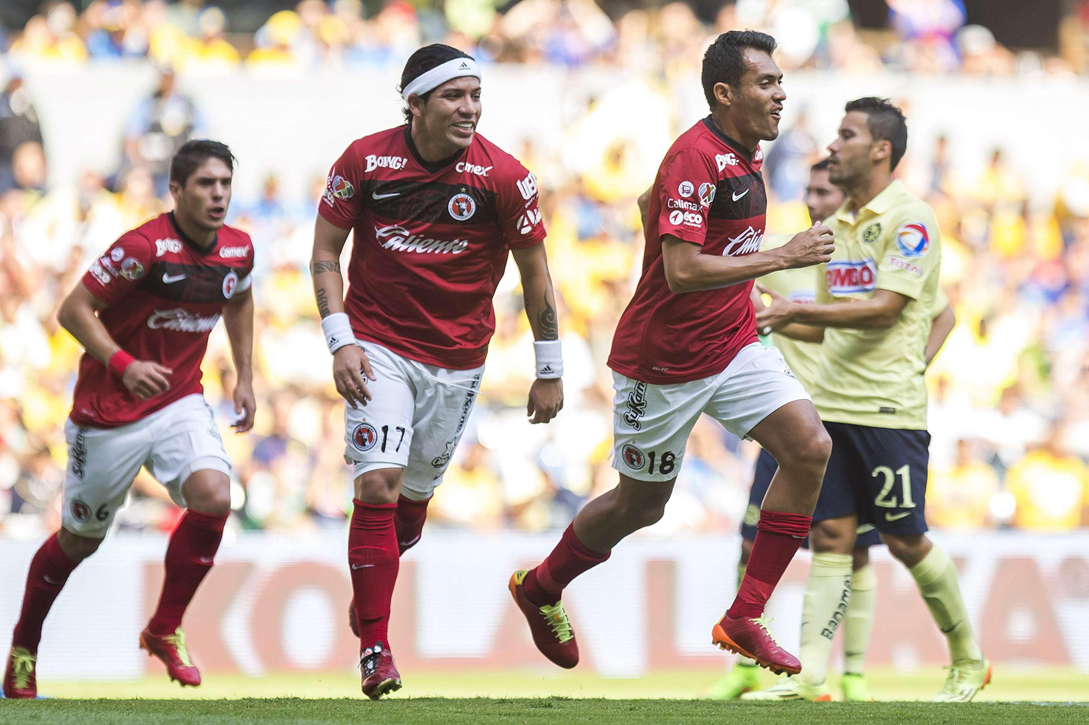 Dayro Moreno, con su banda blanca en la cabeza, festeja el gol de Juan Arango. Foto: Mexsport