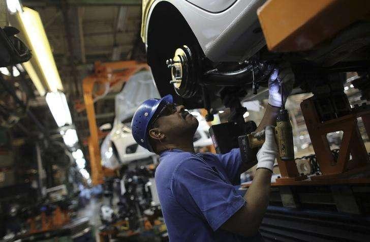 Operário trabalha em linha de montagem da Ford em São Bernardo do Campo, São Paulo. 13/08/2013. Foto: Nacho Doce/Reuters