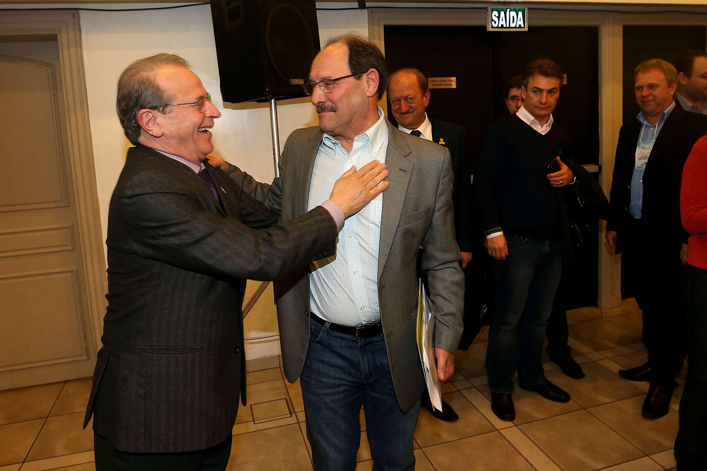 O cumprimento de Tarso a seu adversário, José Ivo Sartori (PMDB), também foi registrado por fotógrafos Foto: Jefferson Bernardes/Agência Preview/Divulgação