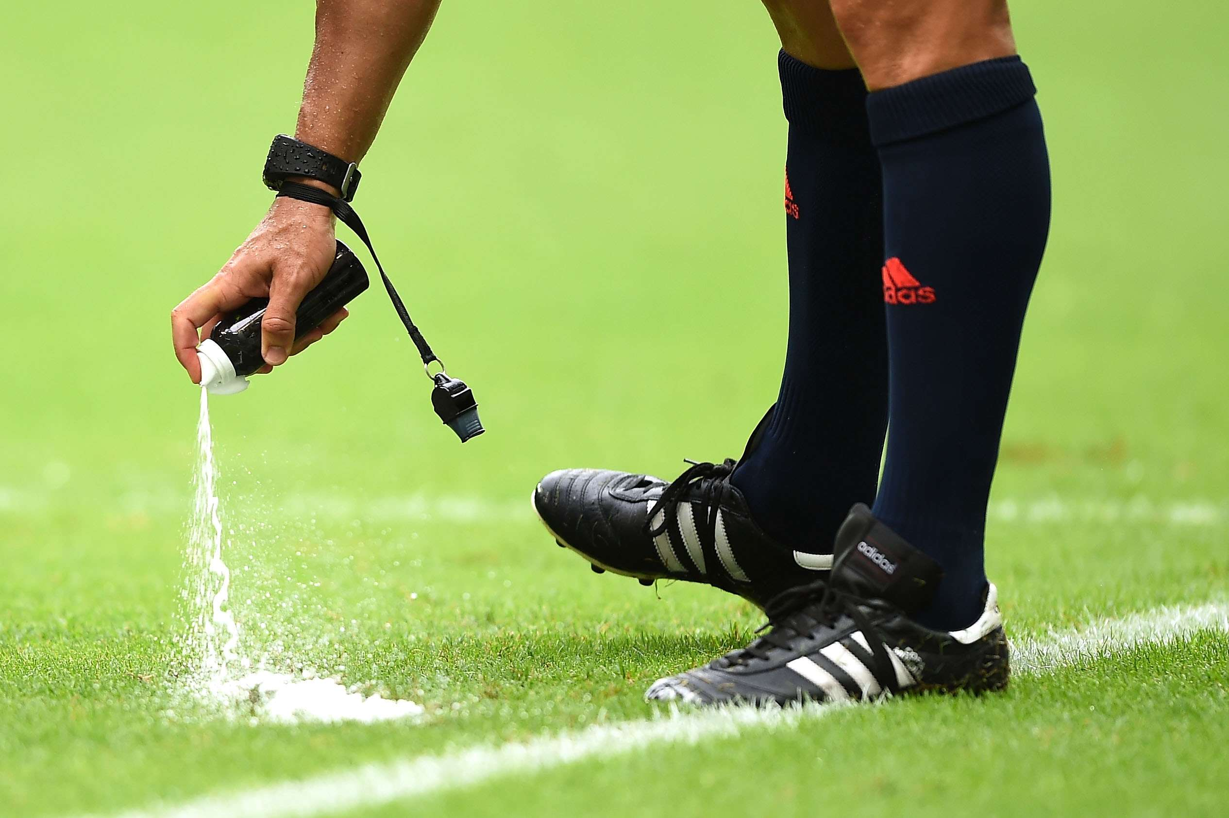 La Premier League adopta el spray del Mundial
