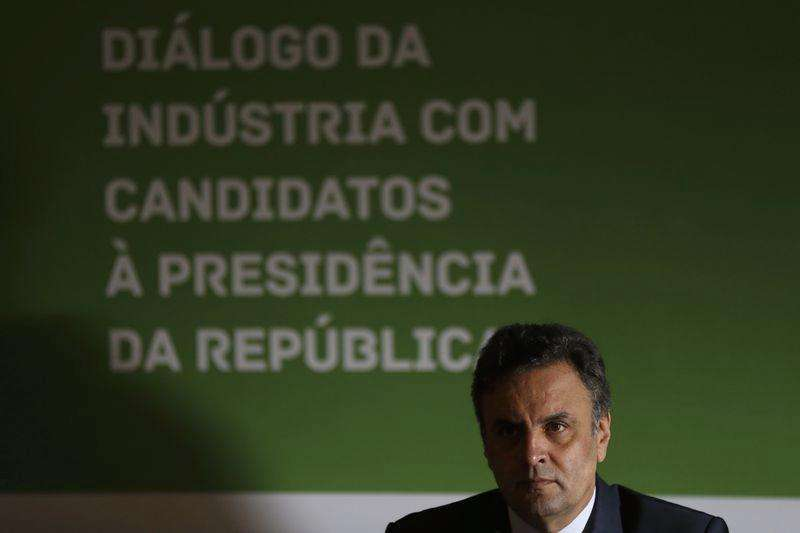 Aécio defende real mais desvalorizado e revisão do Mercosul