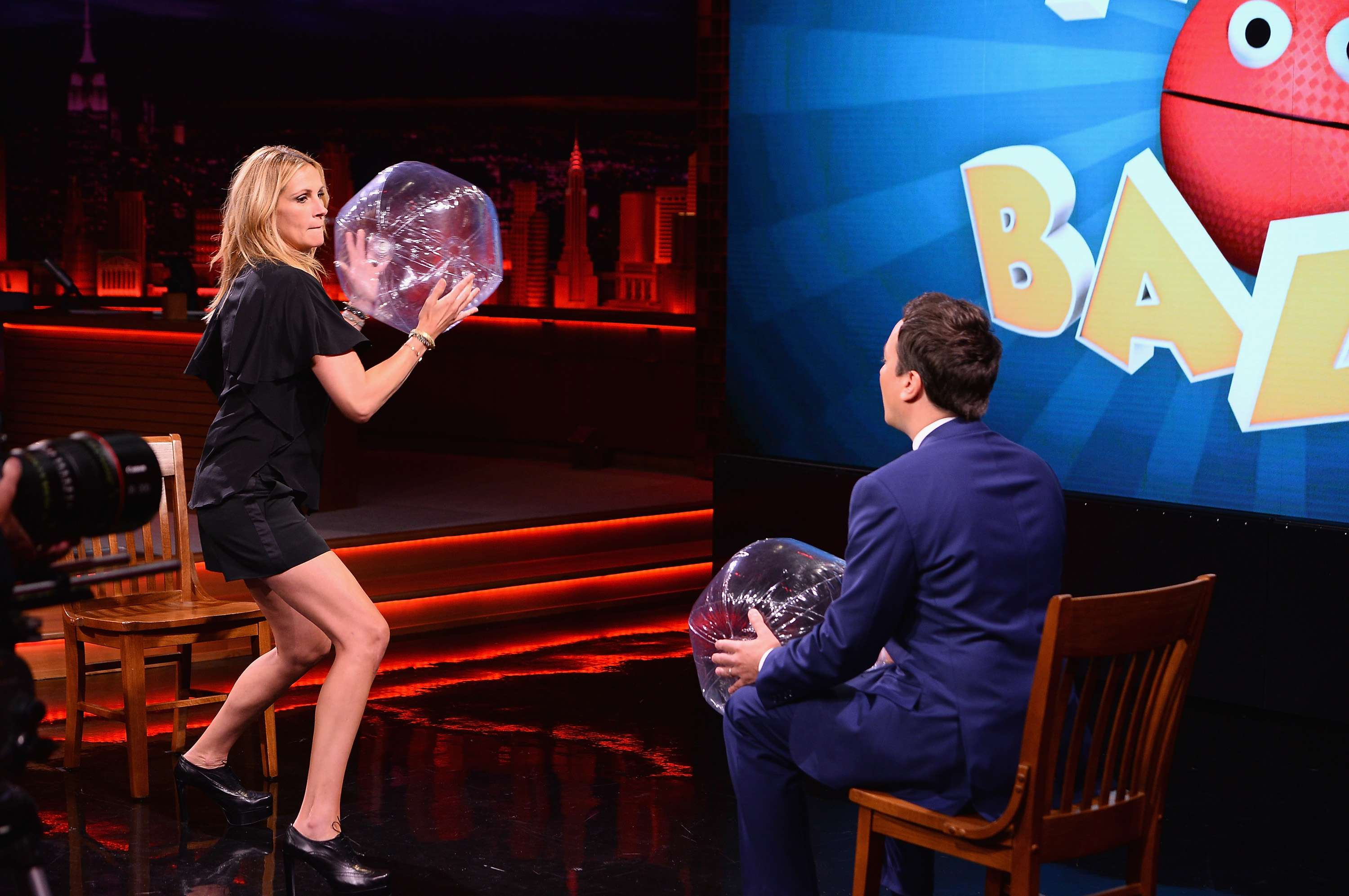 De short curto, Julia Roberts joga bola com Jimmy Fallon