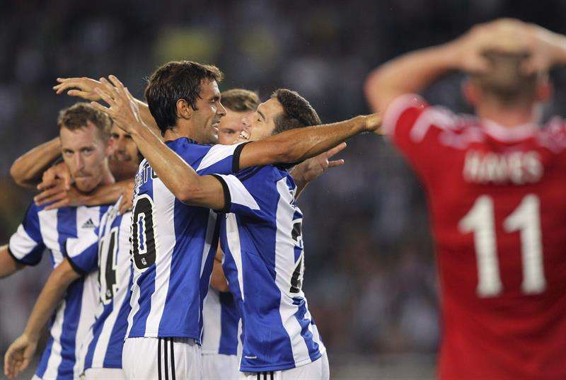 Zurutuza es felicitado por sus compañeros tras marcar ante el Aberdeen. Foto: EFE en español