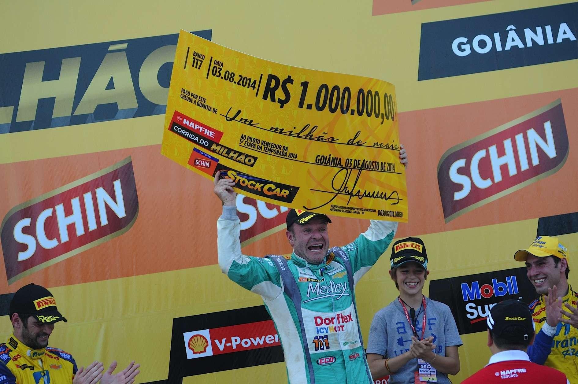 Rubens Barrichello levanta cheque simbólico da Corrida do Milhão Foto: Duda Bairros/Vicar/Divulgação