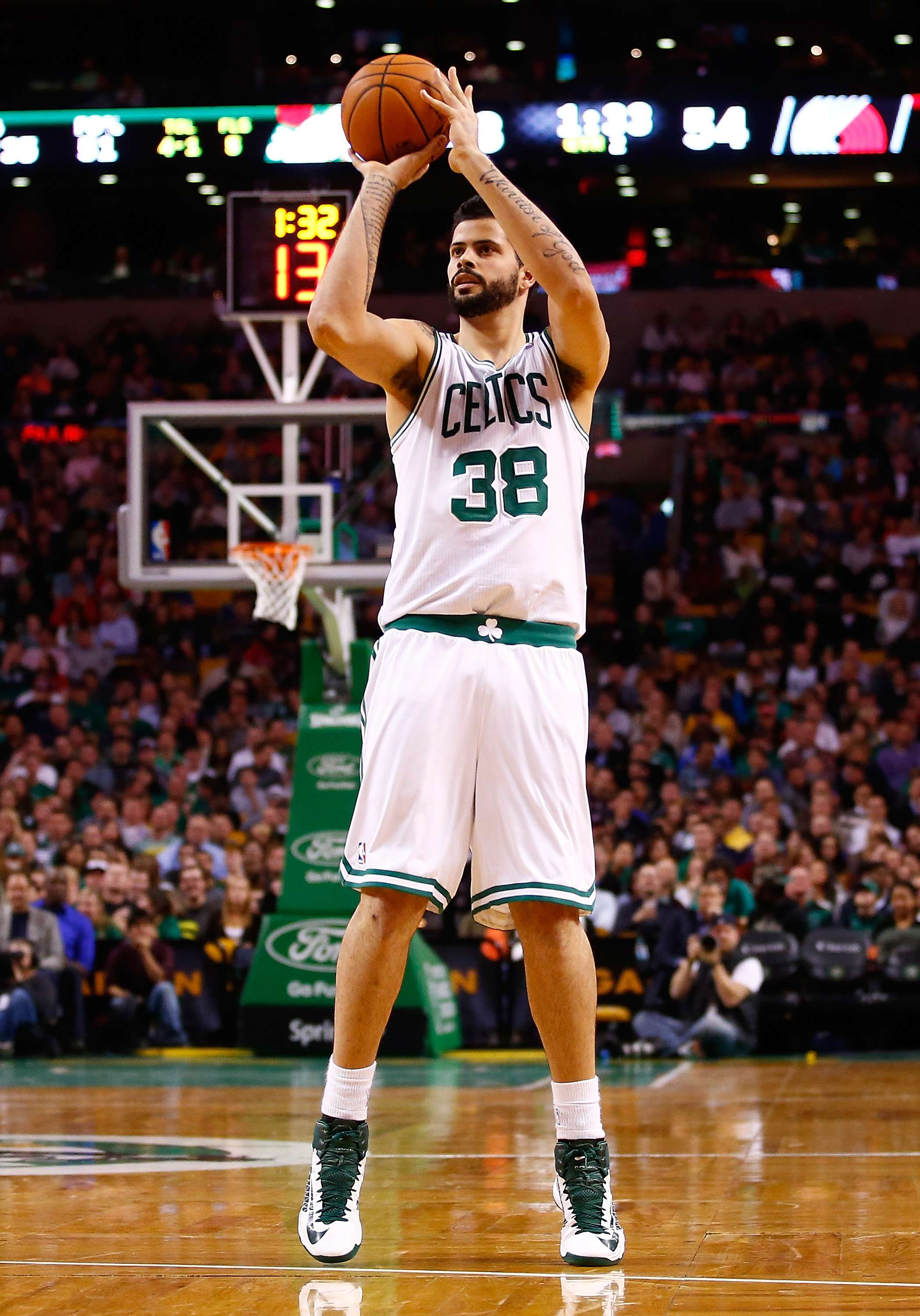 Vitor Faverani atua pelo Boston Celtics Foto: Jared Wickerham/Getty Images