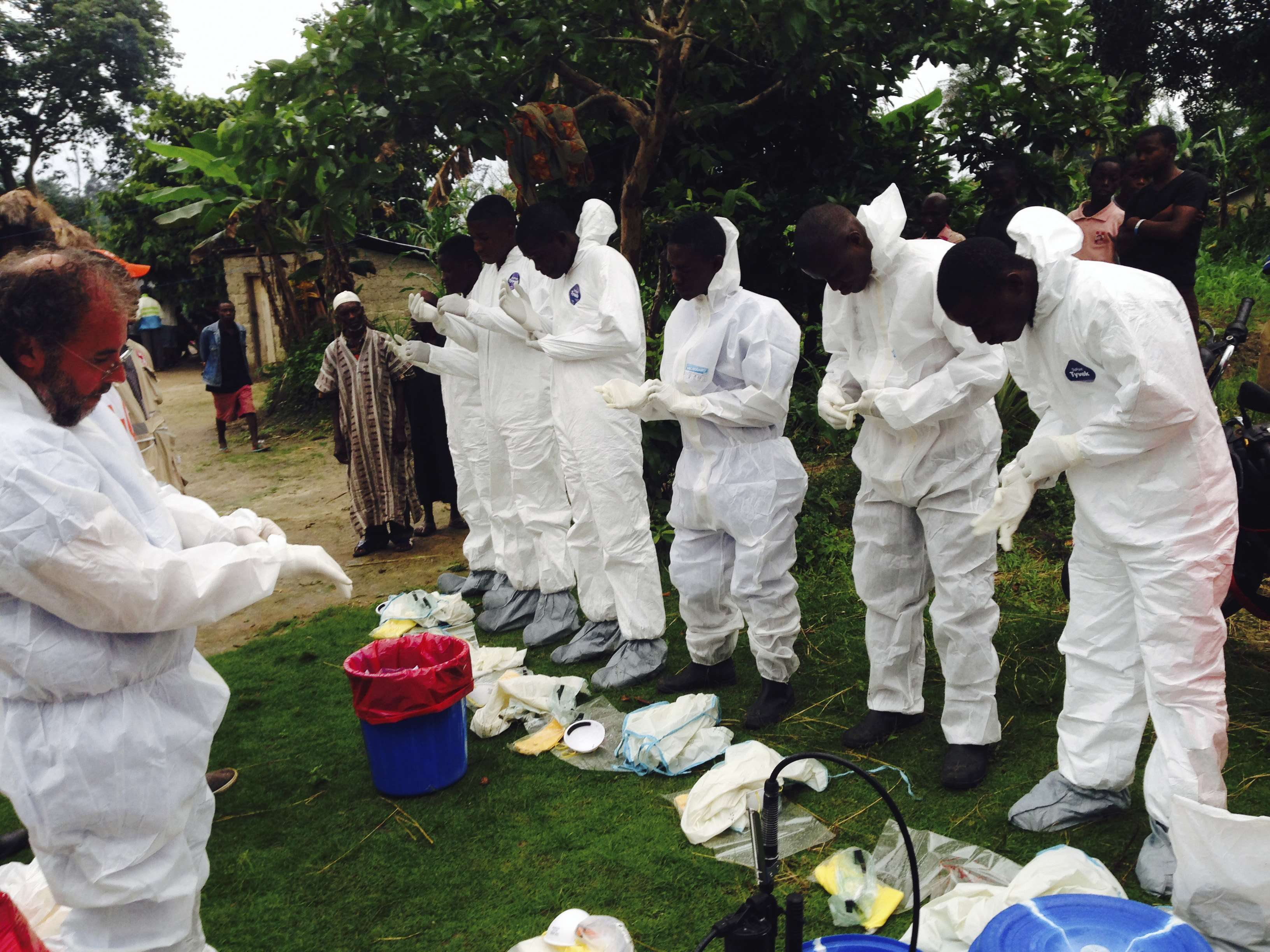 Voluntarios se preparan para levantar los cadáveres de personas que, se cree, murieron de ébola en el pueblo de Pendebu, en Kenema, Sierra Leona, el 2 de agosto de 2014. Foto: OMS/Reuters en español