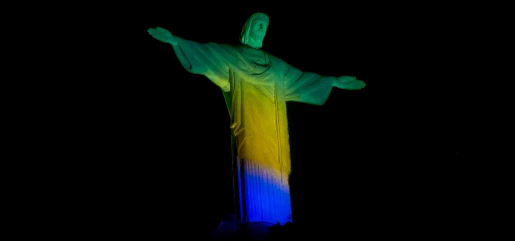 """Cristo Redentor foi """"pintado"""" em homenagem aos Jogos do Rio 2016 Foto: Daniel Ramalho/Terra"""