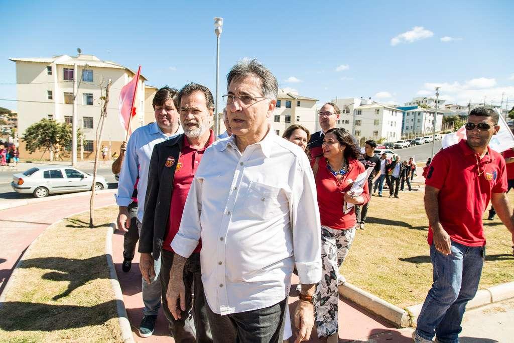 O candidato do PT ao governo de Minas Gerais, Fernando Pimentel, em campanha na Vila São José, em Belo Horizonte Foto: Divulgação