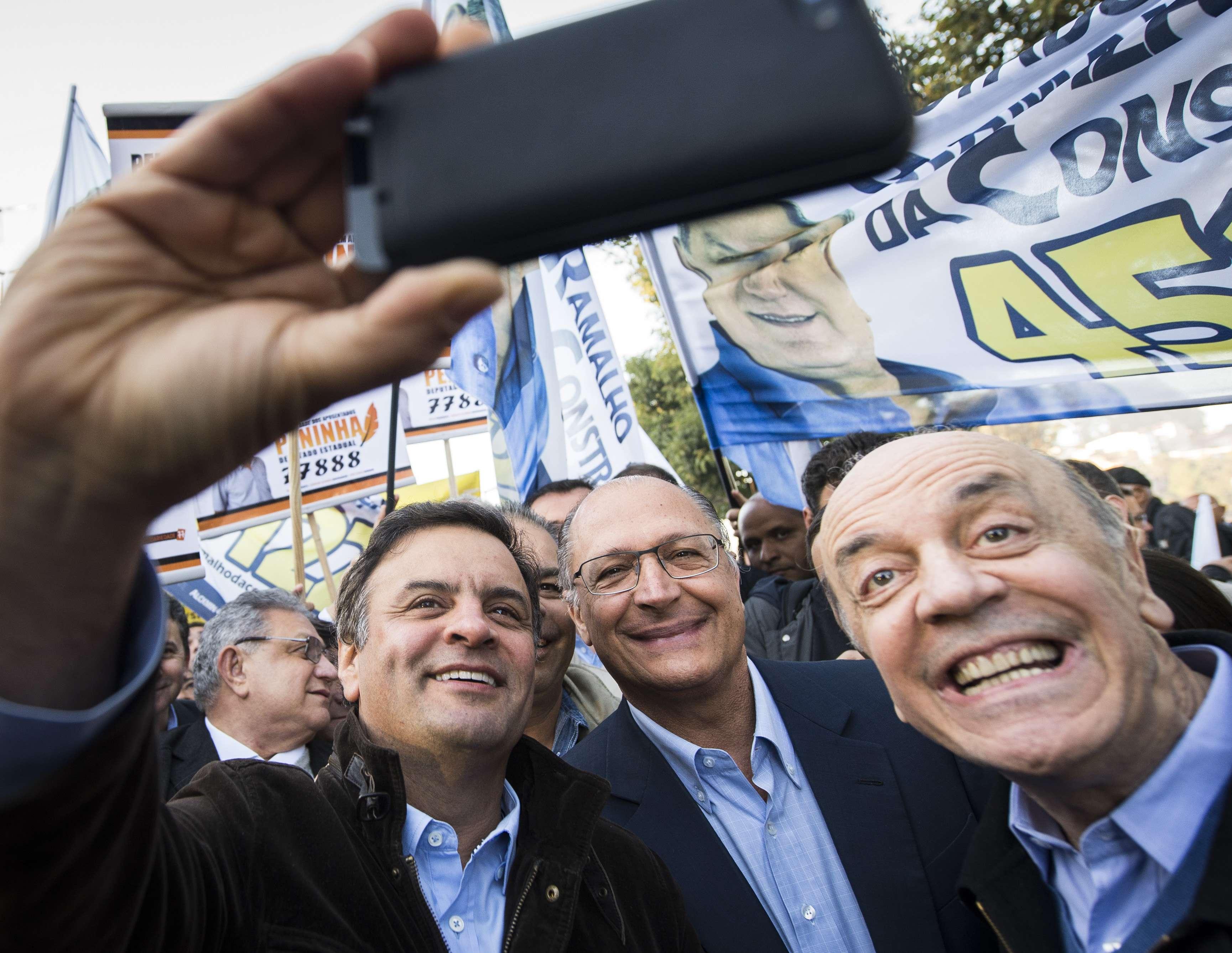Aécio, Alckmin e Serra fazem uma selfie Foto: Bruno Santos/Terra
