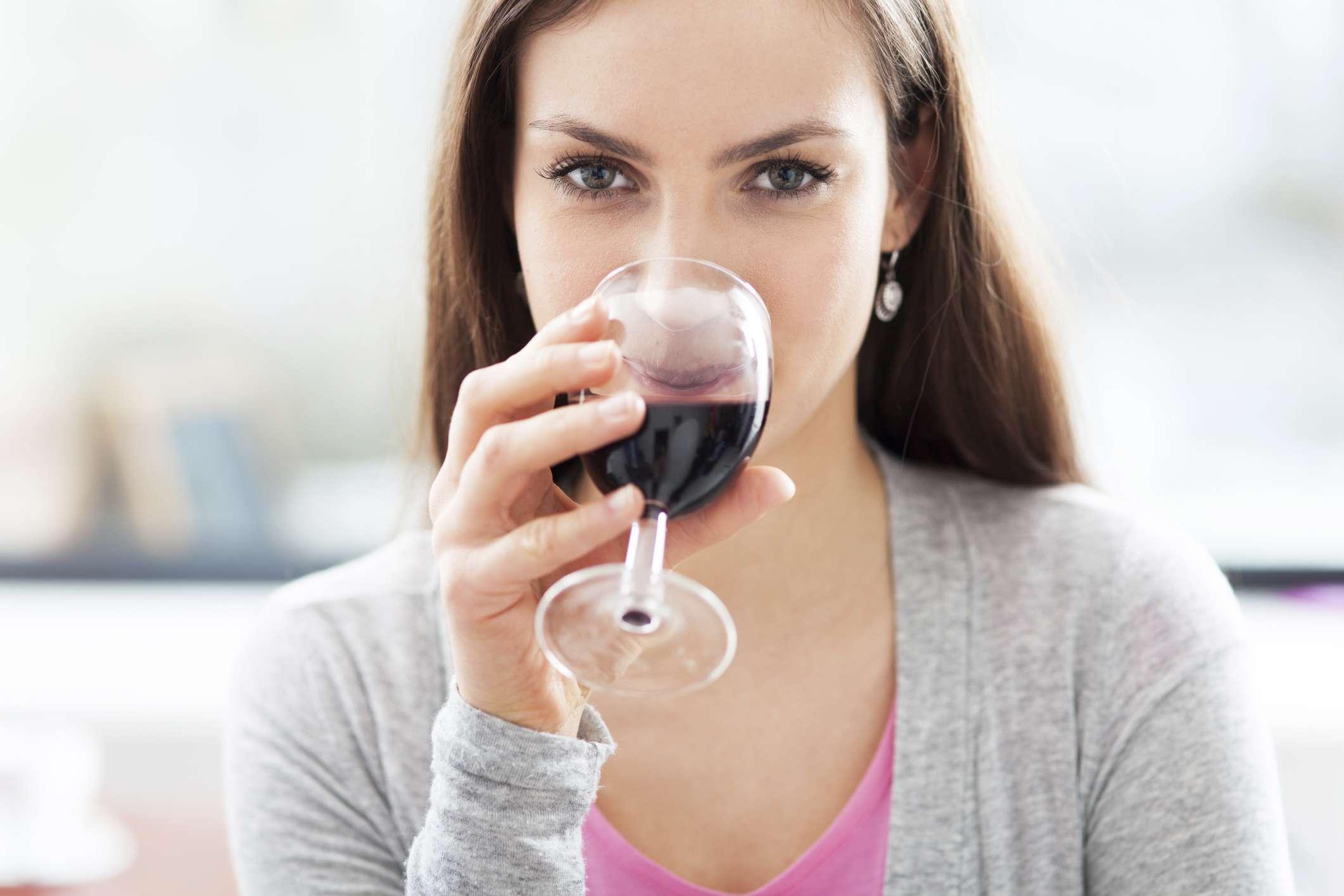 De cárie a mau hálito, veja danos do álcool à saúde bucal
