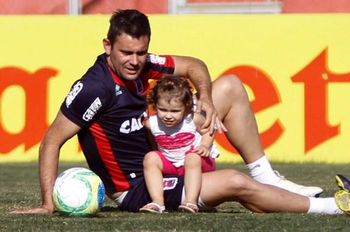 """Em semana dos """"dias do pais"""", Giancarlo brincou com sua filha após o treinamento desta tarde, na Vila Capanema Foto: Paraná Clube/Divulgação"""