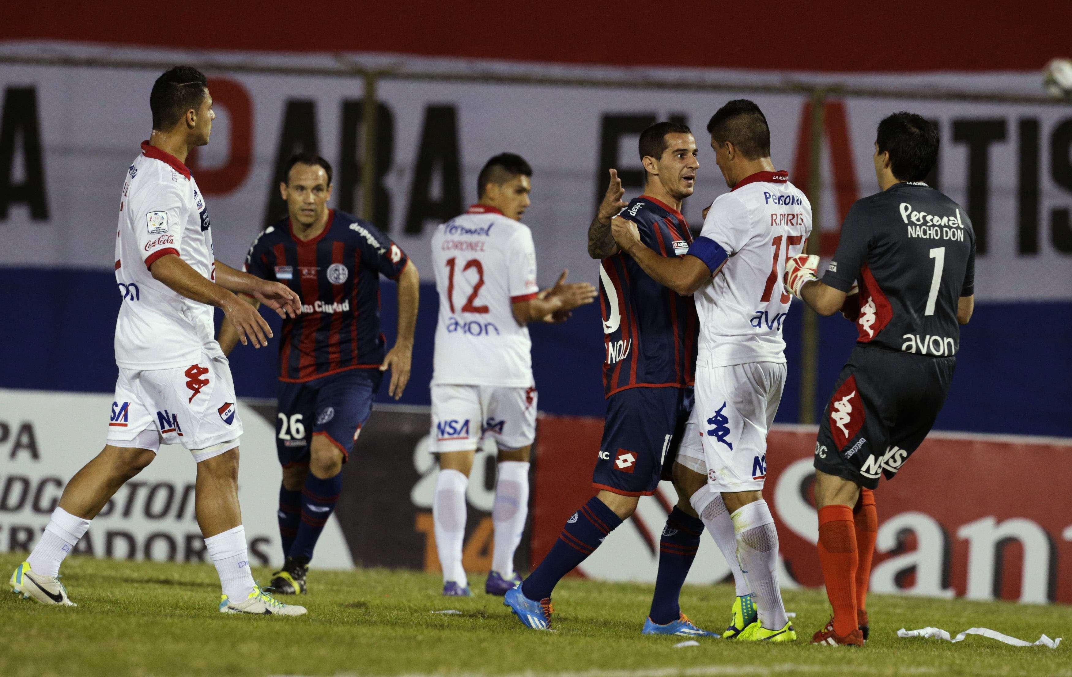 Jogadores de Nacional e San Lorenzo discutem durante a final da Libertadores Foto: Jorge Adorno/Reuters