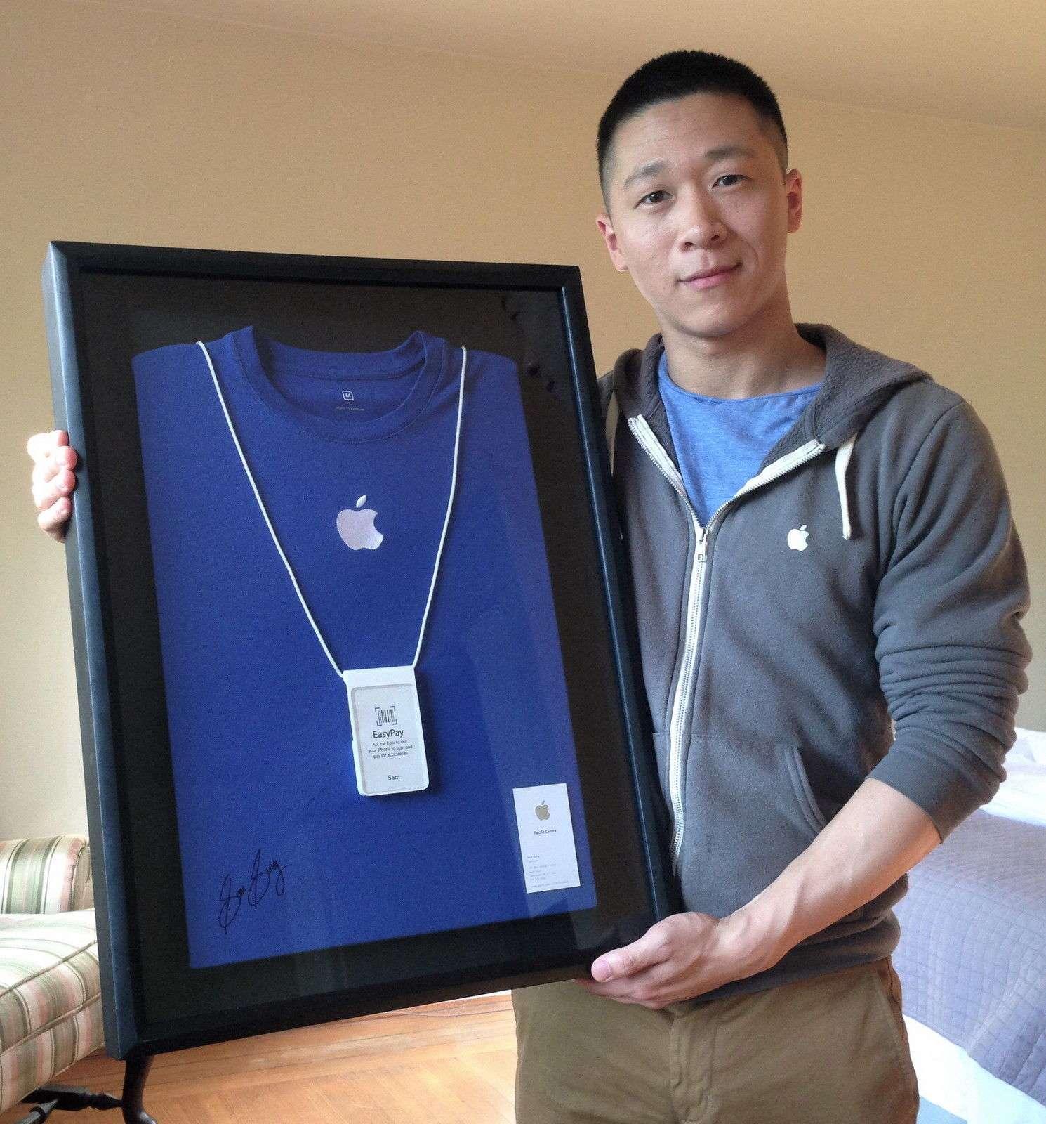 Sam Sung muestra su camiseta, la tarjeta y la credencial de Apple que están a la venta Foto: eBay/Reproducción