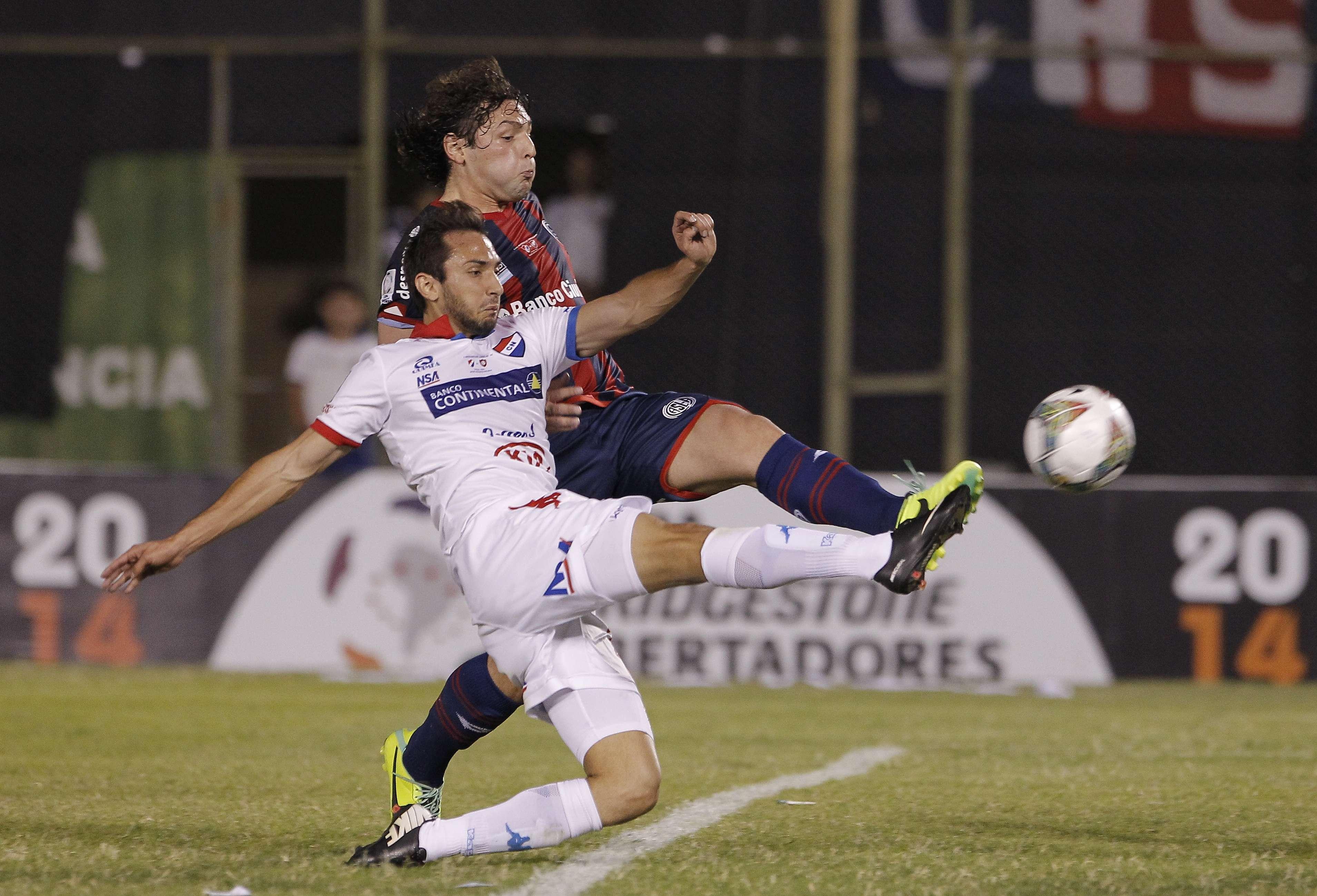 Julio Santa Cruz marcou a 20 segundos do fim para deixar tudo igual Foto: Cesar Olmedo/AP