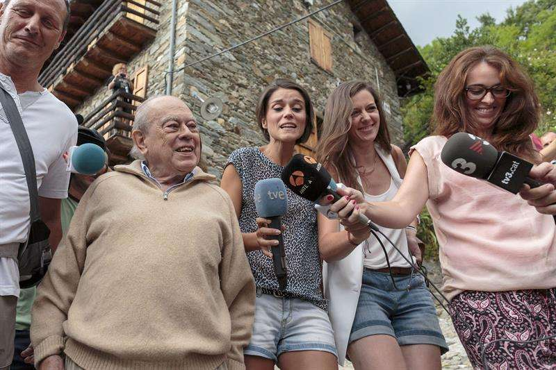 El expresidente catalán Jordi Pujol, ante los numerosos periodistas concentrados frente a su residencia de vacaciones en la localidad gerundense de Queralbs y se ha paseado por el jardín ante los objetivos de fotógrafos y cámaras de televisión. Foto: EFE