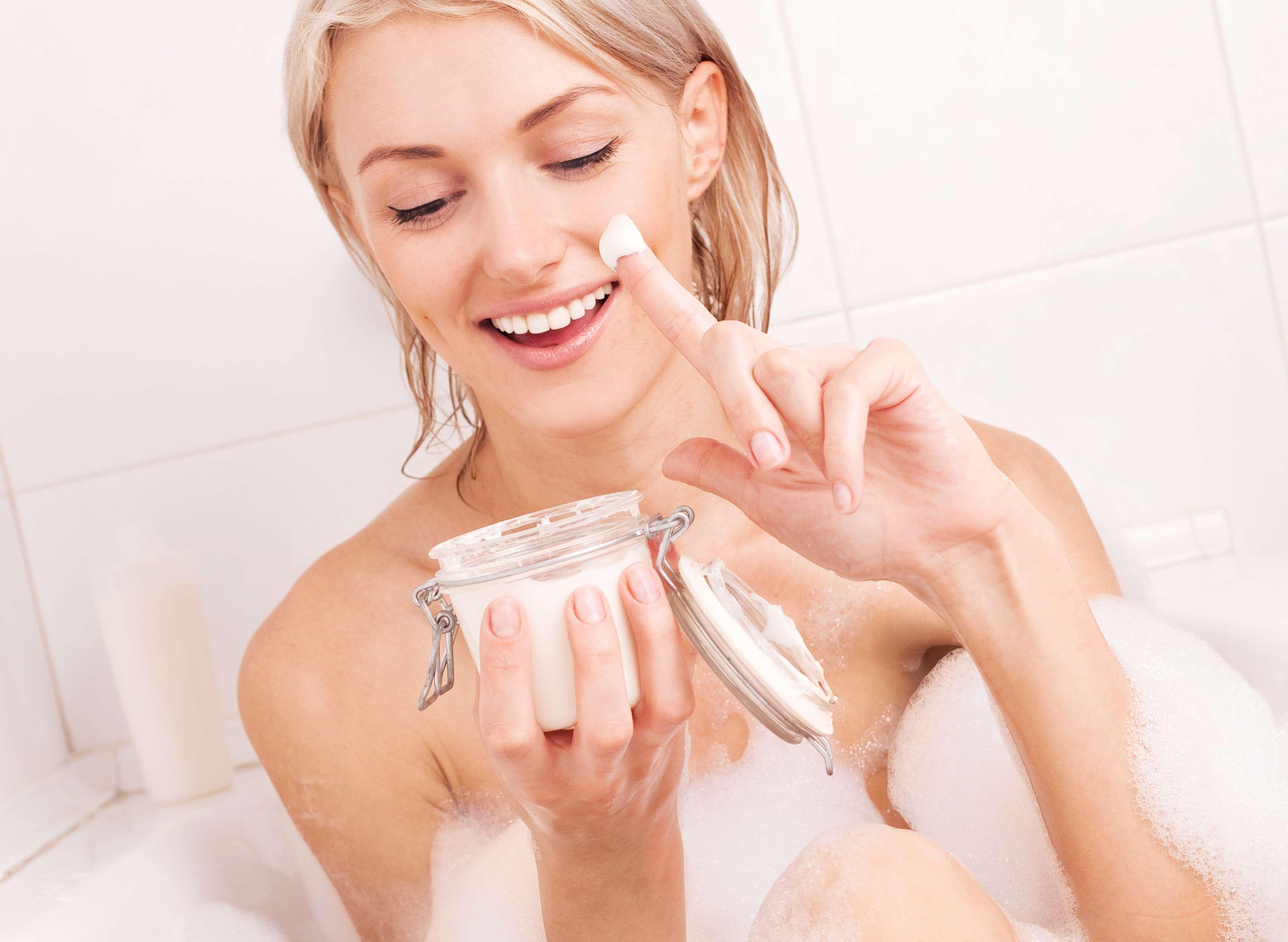 Os hidratantes de banho ajudam quem não tem tempo, paciência e até mesmo disposição para cuidar da pele com as versões tradicionais Foto: Lana K / Shutterstock