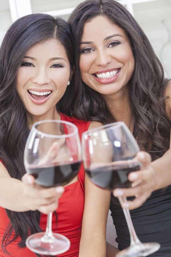 Os vinhos tintos têm uma acidez que contribui para a desmineralização dos dentes e permite uma adesão dos pigmentos naturais da bebida Foto: Darren Baker/Shutterstock