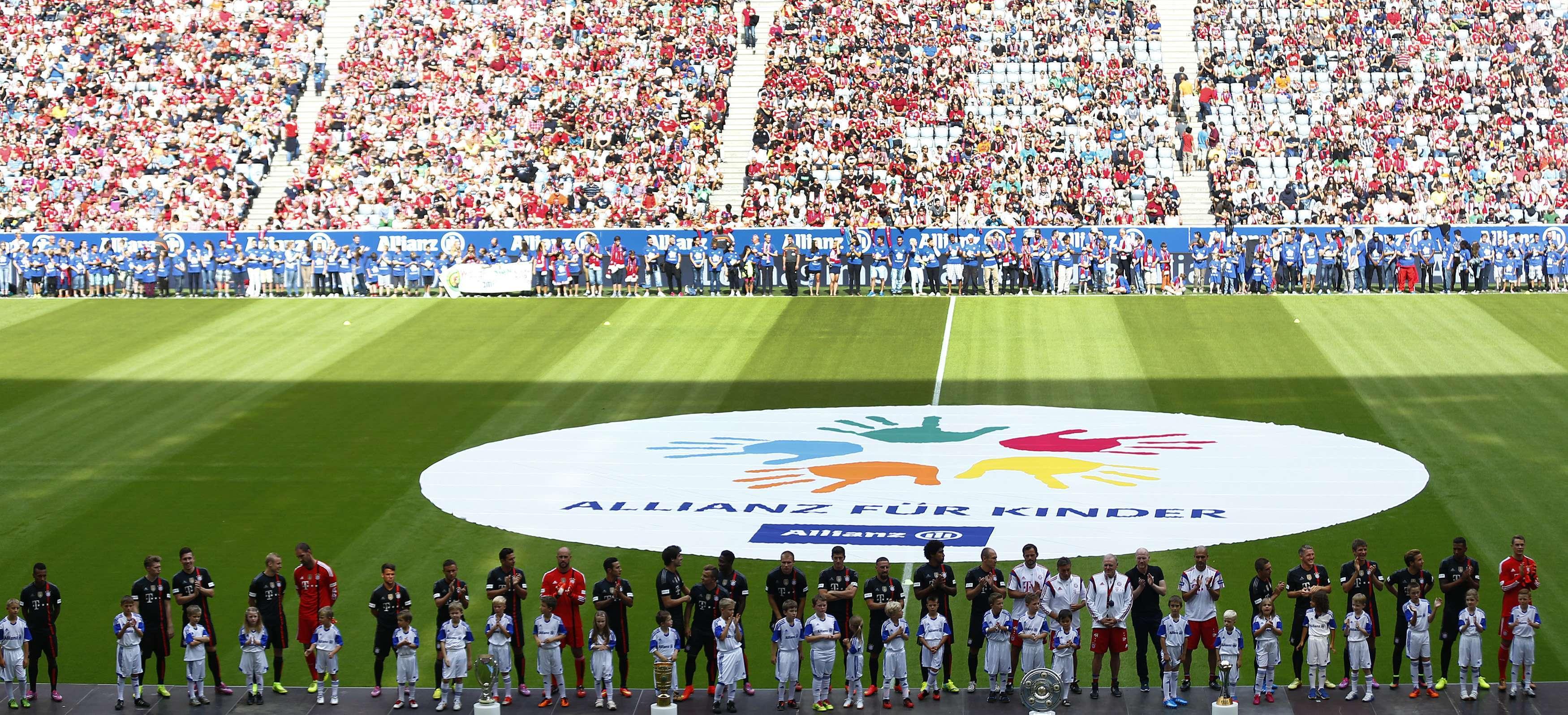 Com estádio lotado, Bayern apresenta elenco para temporada