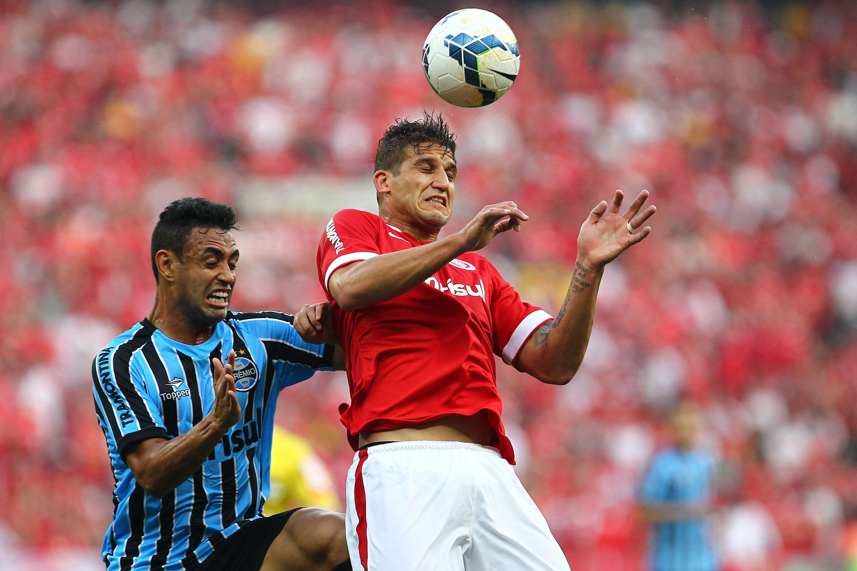 Werley disputa bola com Rafael Moura Foto: Lucas Uebel/Grêmio FBPA/Getty Images