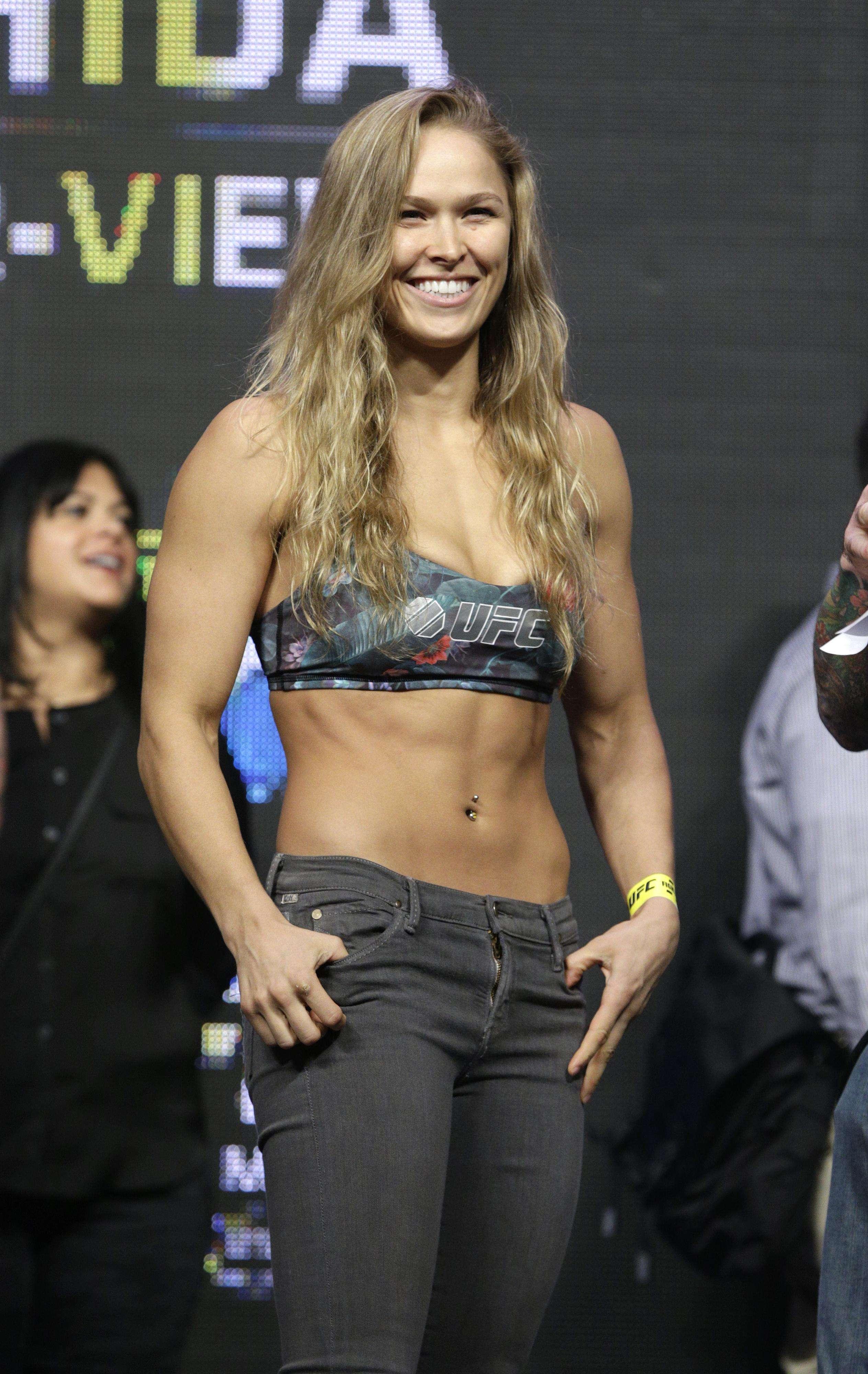 """Ronda Rousey se ha convertido en la peleadora de Artes Marciales Mixtas más famosas del UFC. Es dominante, poderosa, va invicta y no solo eso, posee una belleza sin igual, cualidades que la han catapultado a otras facetas fuera de lo deportivo pues ha sido invitada a posar en revistas para caballeros y además, debutó como actriz. Conoce un poco más sobre """"Rowdy"""" Rousey: Foto: AP y Getty Images"""