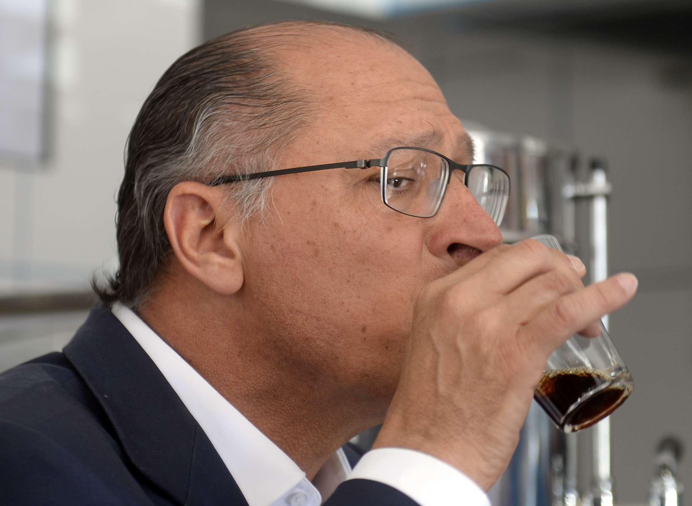 Alckmin posou para fotos, beijou idosos e crianças e bebeu cafezinho Foto: Alan Morici/Terra