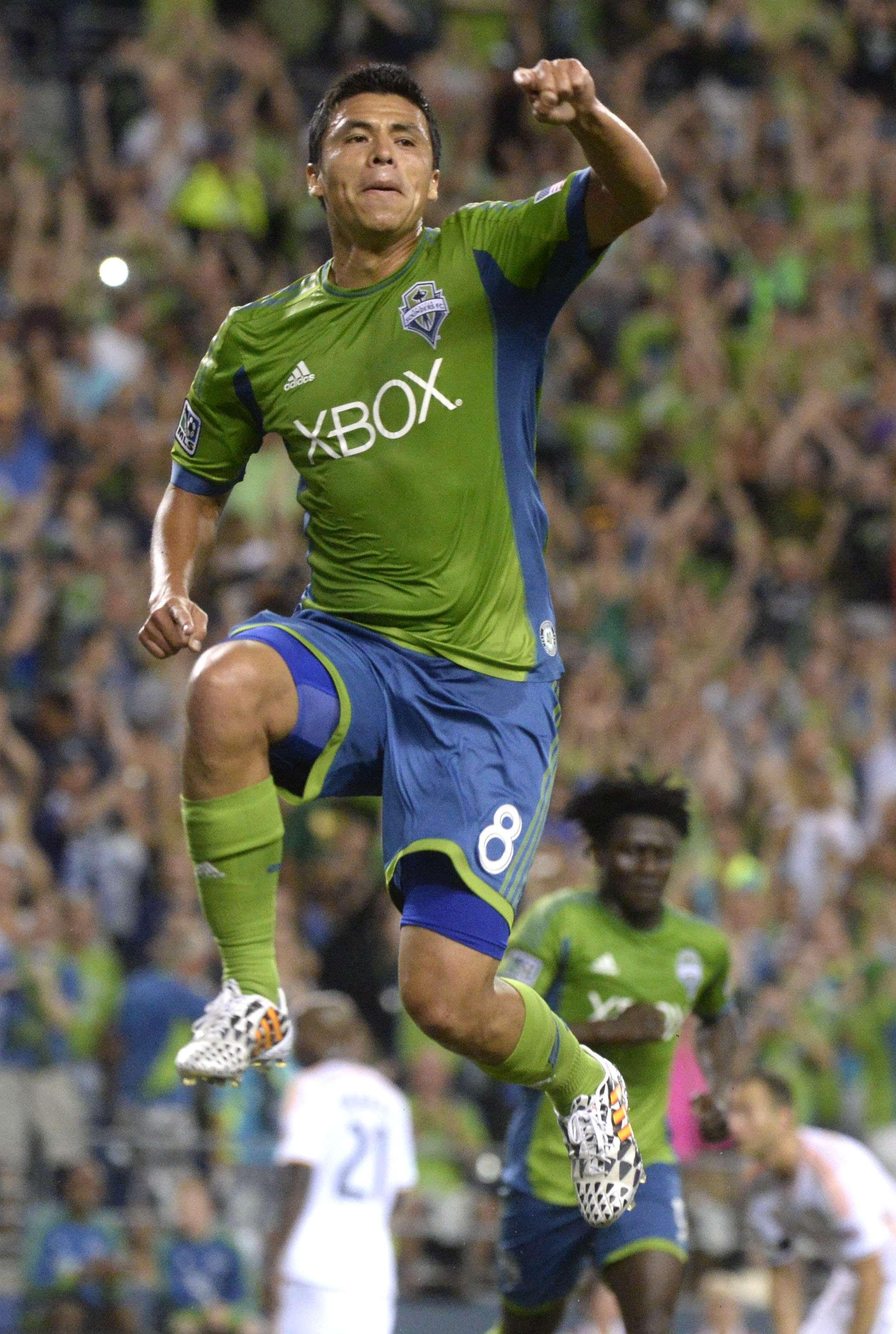El mexicano Gonzalo Pineda anotó en penal en la victoria de 2-0 del Seattle Sounders sobre el Houston Dynamo. Foto: AP en español