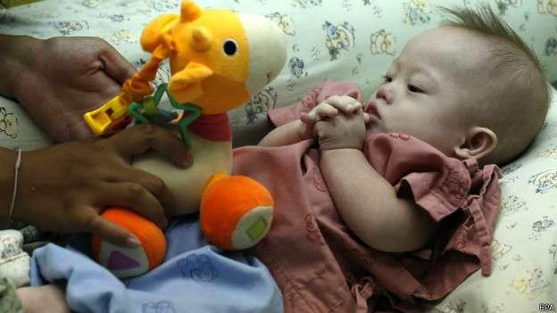 Por fin habla pareja australiana que abandonó a bebé Down
