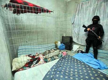 Agentes del Ministerio Público de la Federación y elementos de la Policía Federal (PF) liberaron a 24 víctimas de secuestro y detuvieron a dos presuntos plagiarios. Foto: Reforma